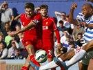 ST�ELA. Steven Gerrard z Liverpoolu p�l� na branku Queens Park Rangers.