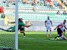 Paulo Dybala z Palerma dává gól do sítě Ceseny.
