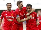 RADOST. Philippe Coutinho (vpravo) slav� sv�j g�l, pod krkem ho dr�� spoluhr�� z Liverpoolu Steven Gerrard.