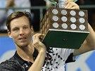 S TROFEJÍ NAD HLAVOU. Tomáš Berdych po triumfu na turnaji ve Stockholmu.