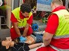 Záchranáři učí školáky, jak provádět masáž srdce