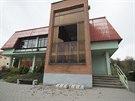 Tlaková vlna po jednom z výbuchů rozbila i okno obchodu ve Vrběticích.