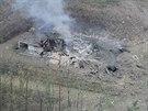 Muniční sklad je po sérii výbuchů zcela zničený.