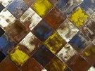 Dokonalé imitace masivního dřeva či oprýskaných natřených prken se objevily v řadě expozic.