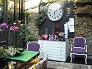 Zimn� zahrada slou�� tak� jako j�delna. Kolem stolu je cel� plej�da �idl�, z ...
