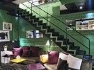 Ob�vac� pokoj vystihuje osobnost majitelky bytu. Pohovka a stolek jsou sice z...