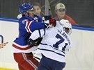 Urputný souboj mezi Ryanem McDonaghem (vlevo) z New York Rangers a Davidem...