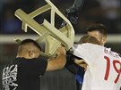 Albánský útočník Bekim Balaj, který v české lize hájí barvy Slavie, schytal od jednoho ze srbských fanoušků ránu plastovou židlí.