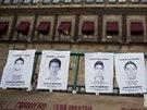Portréty pohřešovaných studentů před Národním palácem v hlavním městě Mexiku