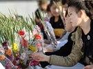 Korejci pokládají květiny k sochám severokorejských vůdců v rámci oslav 69....