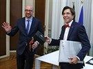 Předávání žezla. Vpravo končící belgický premiér Elio Di Rupo, vlevo...