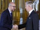 Nový belgický premiér Charles Michel si třese rukou s králem Philippem po...