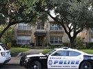 Před domem nakažené americké zdravotnice v texaském Dallasu parkují policejní...