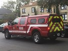 Před domem nakažené zdravotnice v Dallasu parkují záchranáři a policie.