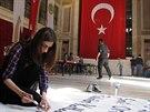Studentka dokončuje plakát proti IS na univerzitě v Istanbulu.