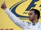 Lewis Hamilton slaví triumf ve Velké ceně Ruska.