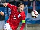 Anglický reprezentant Wayne Rooney (v červeném) uniká Ragnaru Klavanovi z...
