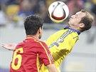 Roman Zozulja (vpravo) z Ukrajiny zpracovává míč před Vančem Šikovem z...