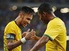 Brazilští fotbalisté Neymar (vlevo) a Robson slaví gól.