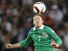 Irský fotbalista Aiden McGeady hlavičkuje v utkání s Německem.