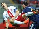 Skotský fotbalista Gordon Greer (vpravo) posílá na trávník Roberta...