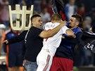 Srbští a albánští fotbalisté se rvou kvůli stržené vlajce.