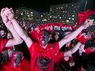 Kosovští Albánci na dálku sledují utkání v Bělehradě. Hraje se fotbalový zápas...