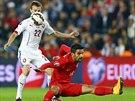 Vladimír Darida (vlevo) si chrání míč před tureckým útočníkem Muhammetem...