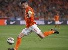 Nizozemský reprezentant Robin van Persie pálí v kvalifikačním duelu s...