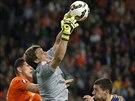 Kazachstánský gólman Aleksandr Mokin sbírá míč do svých rukavic před...