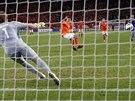 PROMĚNĚNÁ DESÍTKA. Robin van Persie suverénně proměnil penaltu a zvýšil vedení...