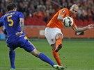 Arjen Robben z Nizozemska pálí, brání ho Renat Abdulin z Kazachstánu.
