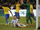 ZASTAVILI JSME HO. Brazilští fotbalisté si navzájem blahopřejí - právě zmařili...