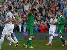 Robbie Keane z Irska (uprostřed) slaví gól proti Gibraltaru.
