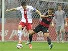 Polský fotbalista Robert Lewandowski (vlevo) v souboji o míč s Němcem Mariem...