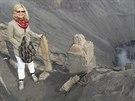 Jana Paulová na vrcholu činné sopky Bromo v Jávě v Indonésii.