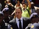 Oscar Pistorius odch�z� od soudu v Pretorii (Ji�n� Afrika, 17. ��jna 2014).