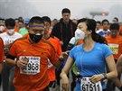 Řada závodníků absolvovala maraton v ochranných rouškách (Peking, 19. října...