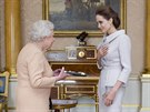 Britsk� kr�lovna Al�b�ta II. a here�ka Angelina Jolie, kter� se stala �estnou D�mou za slu�by pro Velkou Brit�nii v zahrani�n� politice a kampani na ukon�en� sexu�ln�ho n�sil� ve v�le�n�ch z�n�ch (Lond�n, 10. ��jna 2014).