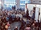 Pracovníci Československé televize v garážích budov na Kavčích horách v listopadu 1989 (15. 10. 2014).