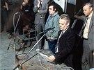 Pracovníci Československé televize v garážích budov na Kavčích horách v listopadu 1989.