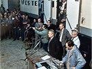 Pracovn�ci �eskoslovensk� televize v gar��ch budov na Kav��ch hor�ch v listopadu 1989.