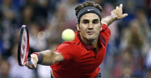 Roger Federer se natahuje po mí�ku ve finále na turnaji v �anghaji.