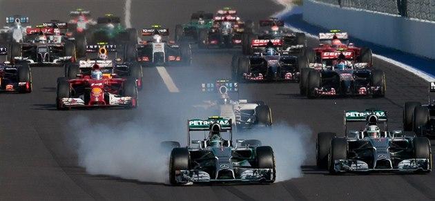Nico Rosberg si práv� ni�í pneumatiky, vedle n�j je Lewis Hamilton.