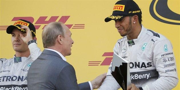 GRATULUJI. Ruský prezident Vladimir Putin gratuluje Lewisovi Hamiltonovi k...