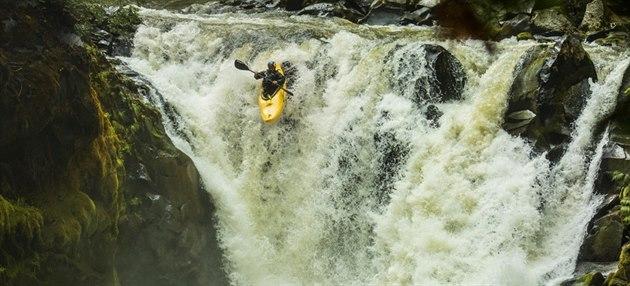 A DOL�! Vav�inec Hradilek p�i svém skoku na jedenáctimetrovém vodopádu na �ece...