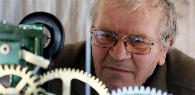Kostelník Josef Krásný natahuje stroj historických v�ních hodin v K�i�ovatce...