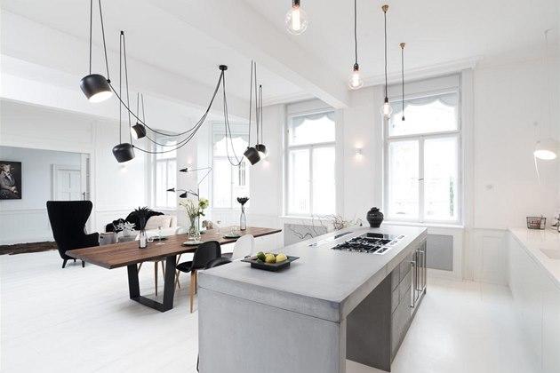 Dominantami obývacího prostoru jsou betonový ostr�vek a velký jídelní st�l.
