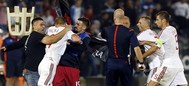 Srb�tí a albán�tí fotbalisté se rvou kv�li str�ené vlajce (14. �íjna 2014).