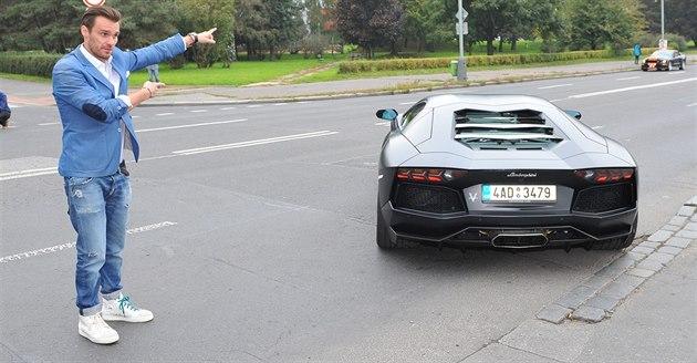 Leo� Mare� osobn� vyprovázel kolonu luxusních aut. Ne�ekan� si tak zahrál na...